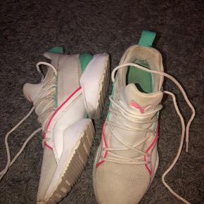 Ny pris. Kun 180kr.  Fede sko fra Puma i str 38. Ikke brugt meget, men da de er hvide kan det selvfølgelig ses at de er brugt. Er ikke blevet vasket. Kan evt afhentes i Valby ☺️ 200kr