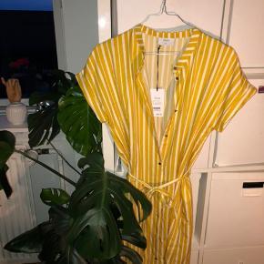 Ny Grunt kjole. Lavet til børn, men er selv en s, og kan passe den. Sælges bare fordi jeg har to.
