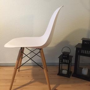 """Replica Charles Eames """"Vitra"""" 4stk sælges Der er en meget lille utydelig rids i det ene sæde (som man ikke ser) BYD gerne   Skal Afhentes idag 18/1"""