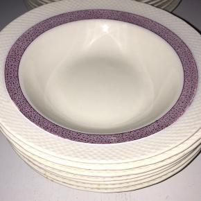 16 stk. flade/dybe tallerkner af engelsk porcelæn af mærket Regent. Mål: 24 og 20 cm