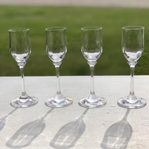 4 af de absolut smukkeste snapseglas i krystal. Selve bægeret er udført i smukke kantede form. Så unikt og smukt. Alle er uden skader og skår Højde 16cm Diameter 4cm Prisen er pr. Stk