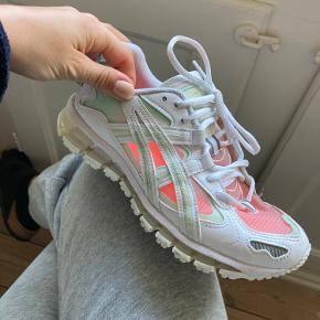 Jeg har brugt disse under 5 gange, så de er meget pæne! Jeg kan sende flere billeder hvis det ønskes. Sælger gerne forholdsvist billigt, så kom med et bud:)  Vi kan enten mødes i København nær mig eller sende med trendsales.  *de ser så fede ude med lyserøde eller andre farvede skokker! 💕