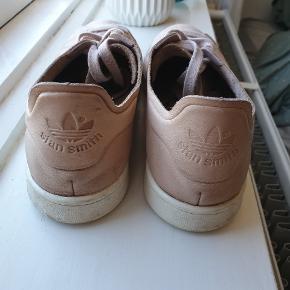 Adidas Stan Smith Nuude sneakers i str. 40 2/3. Måler 25,5 cm indvendigt.  Fremstillet i ægte læder.  Ny pris 1100 kr.