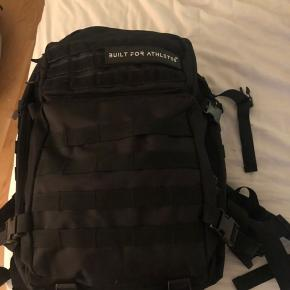 Næsten ny Built for Athletes taske sælges:   https://builtforathletes.com/products/black-hero-backpack?variant=9868450726003&gclid=EAIaIQobChMIkfmw_efc6wIVE-R3Ch3EOAjMEAQYASABEgJzDPD_BwE  Alt følger med - også flaget - som ikke er med på billedet.   Den er kun brugt 3 gange, men har fundet ud af, at den desværre ikke er mig.  Sendes gerne på købers regning.