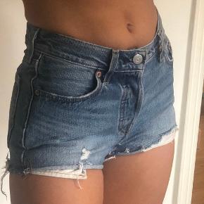 Super fede levis shorts De er desværre blevet for små til mig, så de mangler en ny ejer Prisen er 150, men er åben for bud😁
