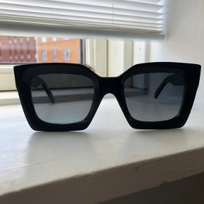 Céline solbriller i sort med grå linse. Følger etui og pudseklud med.   OBS: Måler 140 mm fra øre til øre. Kan strammes ind hos en optiker, hvis de er for store. De har nogle små brugsspor ude på siderne, hvis man står i det rigtige lys, men det er ikke noget man lægger mærke til ellers. De er fine foran.   Sender kun med DAO eller mødes ved Nørrebro, hvor jeg er villig til at slå 50kr af prisen 👍🏻 Tager ikke retur. PRIS ER FAST ELLERS.