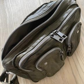 Super fin nunoo taske, brugt med i fin stand. 2 stk skulderremme medfølger, en med og en uden nitter.