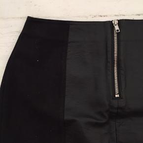 Sort nederdel fra H&M. Brugt, men i fin stand.