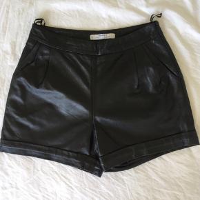 Varetype: læder- hot pants Farve: SORT  Genuine leather Brugt få gange TS gebyr og porto betales af køber