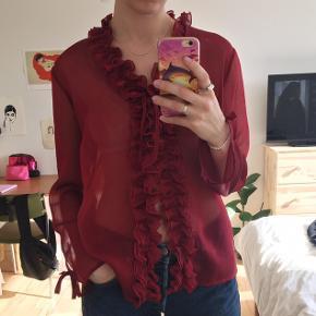 Bordeaux bluse/cardigan med flæser. Vist på str. S. God stand.  Tager kun imod bud i privatbesked.