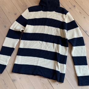 Blå og hvidstribede sweater fra Ganni. Jeg kan ikke huske om jeg nogensinde har haft den vasket for har ikke brugt den 🙂