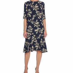 Overvejer at sælge denne fine ganni kjole hvis det rette bud kommer.  🛍Handler mobilepay  💌Sendes med dao Kan også afhentes i Vanløse