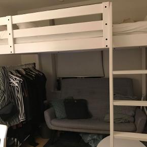 Højseng, Storå  https://www.ikea.com/dk/da/p/stora-hojsengestel-hvid-bejdse-70242086/  Sengen er 2,5 år gammel og hvid. Der er savet et stykke af, da der ikke er så højt til loftet, der hvor jeg bor. Bredden er 152 cm. og længden er 213 cm. Hele sengen er 194 cm. høj. Fra gulv til sengeramme er der 151 cm. Der mangler et trin, da dette jo selvfølgelig også skulle saves af. Dette betyder intet i forhold til at gå op af trappen. Afstanden mellem gulv og første trin er omtrent det samme som mellem de andre trin (hhv. 27 cm. og 25 cm.) Det manglende trin betyder dog, at der er huller fra der, hvor trinnet skulle have været (se billede). Nogle steder på sengen er der revner fra skruerne (se billede) og et enkelt sted en skramme på én af stolperne (se billede).  Madras følger ikke med. Sengerammen kan ikke skilles ad, hvilket man skal være opmærksom på ved afhentning. Resten af sengen (det under sengen) kan dog skilles ad. Det er intet problem at få den ud af lejligheden.  Køber skal selv afhente.  Ny pris: 1.999kr.  Spørg endelig for mere info, flere billeder el. andet.  Den skal afhentes senest mandag d. 17. februar.
