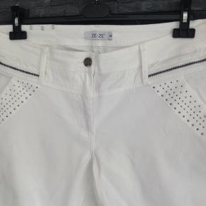 Skønne bukser med pragtfuld pasform. Masser af stretch  Liv. 106 cm  Total længde 90 cm