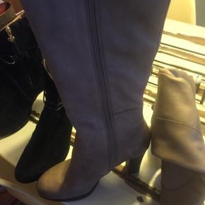 Ultra cool lange støvler fra pretty nanä i str.40 med lille detalje. Nude farvede. Hælhøjde CA på øjemål 8 cm. Skridsikre@:-) små skønshedsfejl på skindet men kun tæt på . Går ca til lige under knæet CA og jeg er 173. Nypris 1900 CA! Skal bare af med alle mine sko jeg har lagt op-så tjek dem ud:-) jeg er ryger  Har ikke mulighed for at sende. BEKLAGER