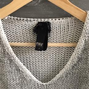 Fin bomulds-strik. De grå farver varierer/fader hen over hvid bund.  Den måler ca 58 cm k længden.  Se også lige mine andre annoncer ☀️☀️☀️  #30dayssellout