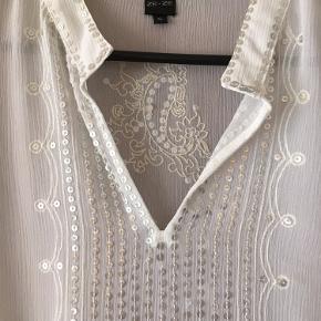 Brystvidden 108cm  Offwhite tunika fra Ze-Ze med stolpelukning og palietter🌸 3/4ærmer