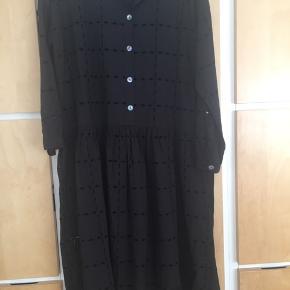 Lækreste kjole, aldrig brugt , NP 1999, blev forelsket i den men det er ikke lige min stil .