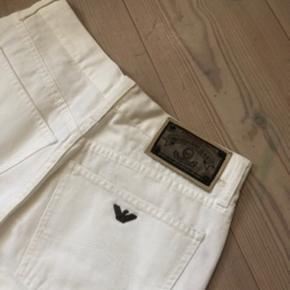 Hvide jeans fra Armani✨  De er en str. 31 men er meget små i størrelsen, så ville skyde på de passer en small (måske lille medium)  De fitter straight