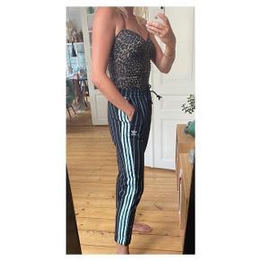 Adidas bukser str.38 i fed tyk kvalitet og turkis fartstriber  Se også mine andre annoncer eller følg mig på Instagram @2nd_love_preowned_fashion