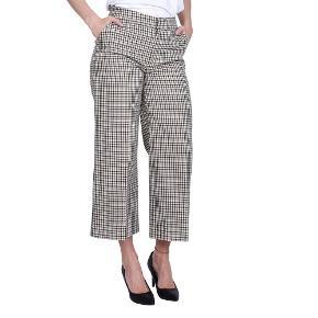 Blanche KELLY PANTS | LIGHT WOOD  Ternede bukser fra Blanche. Et par brede bukser med en kort, cropped længde og pressefold. Bukserne er beige med printet ternet mønster og lille farvet detalje ved lommerne.