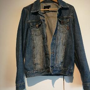 Oversize jakke kan bruges af en str. S   Bud modtages. Ved køb af mere end et produkt, er der mulighed for mængderabat