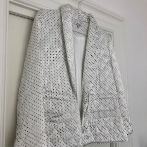 Smuk hvid jakke fra Ganni, næsten som ny Byd gerne