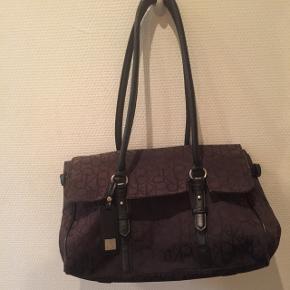 Taske fra Calvin Klein..brugt en del..pris derefter..se billederneLav din egen pakke, 10 dele for 100kr, ellers er det nuværende pris der gælder