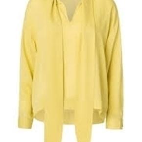 Varetype: Silkebluse Farve: Mørkegul Oprindelig købspris: 1699 kr 100% silke Style: AFIA Stadig med prismærke