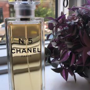 Chanel no. 5 EAU PREMIÉRE  Bemærk: kæmpe størrelse 150 ml. ! Brugt max 10 sprøjt (se billeder) Nypris: 1399,-