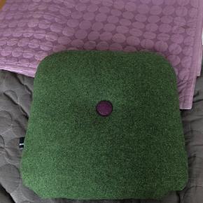 Pude fra hay i mørkegrøn med lilla og grå knap Mål:42x42