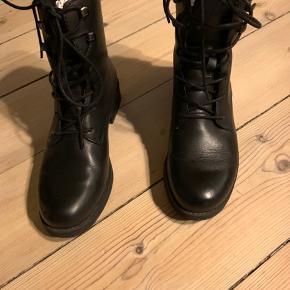 Støvler købt i januar/februar - brugt meget få gange.  Behandlet inden de blev taget i brug.