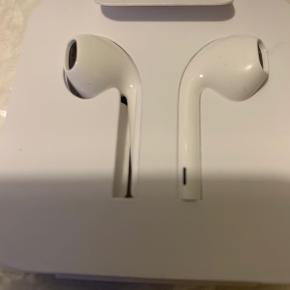 Apple headset med Lightning stik - se billede af stik med dem jeg bruger - aldrig brugt og stadig med pap indpakning fra iphone æske køb, Kom med min tidligere Iphone X men har nu XS og bruger primært air pods. Sælges for 100,-