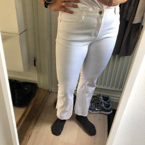 """Hvide """"flare"""" cropped jeans fra mango sælges. De har kun været på et par gange og er som nye. Ingen pletter eller huller.  Kommer fra dyre- og røgfrit hjem 🍁"""