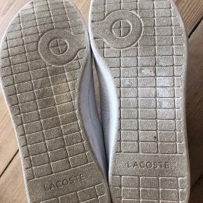 Sælger disse mega fede Lacoste sneakers med Velcro i hvid og grøn. De er kun brugt få gange og der er ingen rigtige skader kun nogle få steder med lidt jord på. Og nogle meget få ridser. Skriv hvis du er intra. 😊