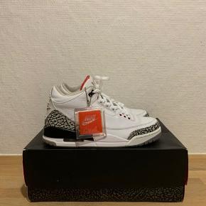 Sælger disse super velholdte Nike Air Jordan 3 White Cement (88' Dunk contest 2013).  Denne sko er i super god stand. Skoen er købt i 2013 i footlocker.   Der medfølger original kasse, kvittering + diverse medfølgende materialer.   StockX prisen er 3600 for er nyt par.