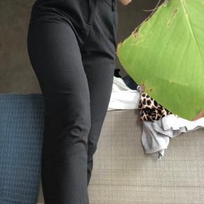 Fine habbitlignende bukser fra Copenhagen Luxe med straight ben. Sidder til i bunden. Meget tilsvarende i størrelse. 🖤 har en lille fejl ved lukning, som også ses på sidste billede. Dette gør dog ikke at man ikke kan lukke dem rigtigt    Du  kan hente i Aarhus C - Ceresbyen. Ellers sender jeg gennem trendsales' handelssystem💗  Sælger også:  - & Other Stories  - H&M  - Nike  - Zara  - Nue Notes  - Envii  - Vila  - Weekday - Monki - Rosemunde  - Day  - Levis  - Brandy Melville  - Topshop  - Just Female