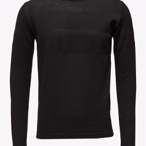 Bluse i tynd strik. Modellen hedder 'Light Wool Klap'. 100% merinould. Brystvidde: 50 cm x 2 uden at strække stoffet. Længde: 70 cm. Nypris 1100 kr.