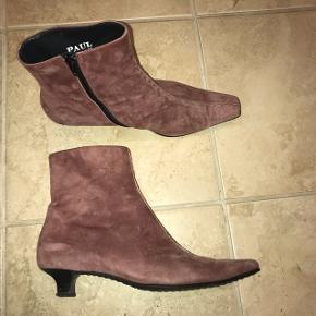 Så smukke støvler med en lille hæl fra Paul Green. Lækker ruskindsmateriale. Størrelsen kan jeg umiddelbart ikke se, men passes af en 37/38. Byd