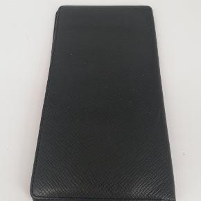 Louis Vuitton Long Wallet i taiga læder  Det er en smuk sort farve 🖤  Den er næsten som ny, meget få tegn på brug 🌸  Jeg har desværre intet originalt tilbehør da den er købt vintage ♻️