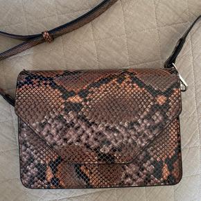 Flot slangeskindstaske fra Unlimit. Den er aldrig brugt, så den er helt ny og står i rigtig flot stand!🤍
