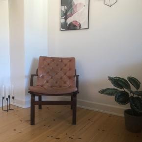 Super fin lille loungestol fra 1960'erne i lys cognac-farvet. Har alderssvarende patina.  Der er ingen huller i læderet.   Mål: H:80cm, B:62cm, D:63cm  Kan afhentes på Vesterbro