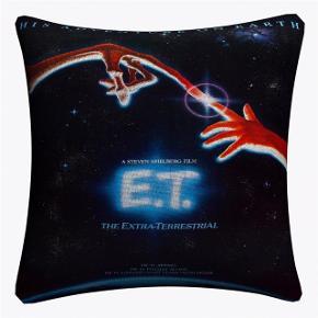 """Fedt pudebetræk med coveret fra filmen """"E.T""""🎬 Størrelse: 45 cm x 45 cm Fragt: 36,-💜"""