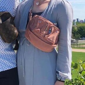 Smuk taske fra Nunoo. Den er brugt men kan sagtens blive rigtig smuk igen med et viskelæder til ruskind.