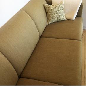 Uld sofa til 3 personer. Målene er: 1,93 cm lang  78 cm dyb  54 cm dyb i sæderne 42 høj   Dejlig sofa, der er behagelig at sidde i. Den har enkle skønshedsfejl. Et lille hak i det ene træben og så hænger understoffet en smule, men det kan jo sys.   Kom med et bud eller skriv, hvis du vil se flere billeder.