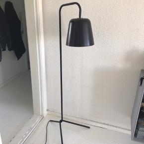 Gulvlampe fra Frandsen Lighting Pæn stand  Np: 3000