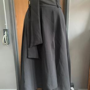 Great high waisted flounce skirt from H&M Trend. No marks, stains or otherwise. Any questions please ask!