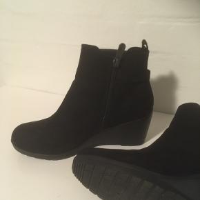 Nye støvler med kilehæl ca 6 cm