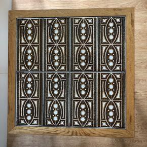 Ældre bord med kakler / kakkelbord. Bordets overflade er kvadratisk og måler 47 cm. Højden er 50 cm.