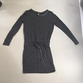 Mono kjole. Størrelse 12.